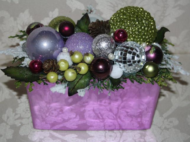 Stroik w tonacjach fioletu, zieleni i srebra z szyszkami i listkami. Autorka: Marta Jarosińska-Mańka