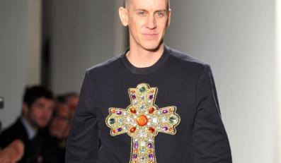 Jeremy Scott podczas pokazu swojej kolekcji w ramach Mercedes-Benz Fashion Week w Nowym Jorku