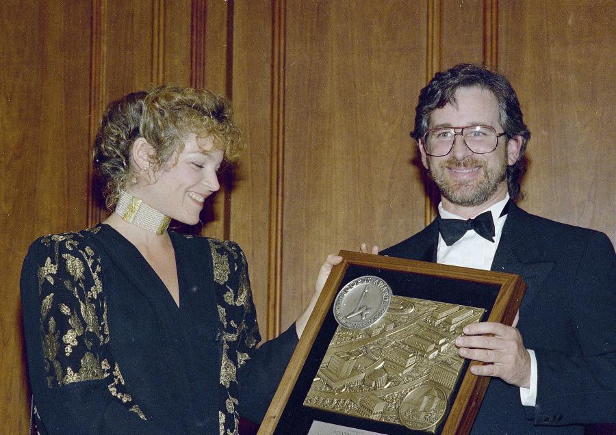 Steven Spielberg rozwiódł się z Amy Irving dlatego, że poznał Kate Capshaw. Amy dostała 100 milionów dolarów.