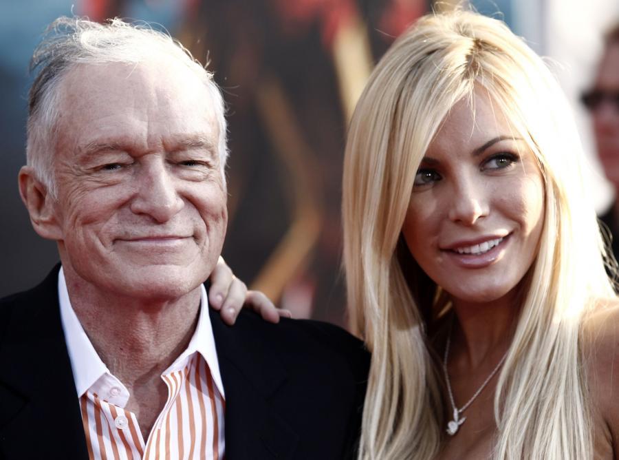 """Hugh Hefner. Szef """"Playboya"""" nigdy nie stronił od kobiet. Jest zaręczony z Crystal Harris Lied, która rozebrała się dla jego magazynu"""