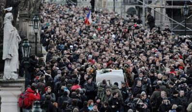 Tlum żegnający byłego prezydenta Czech Vaclava Havla