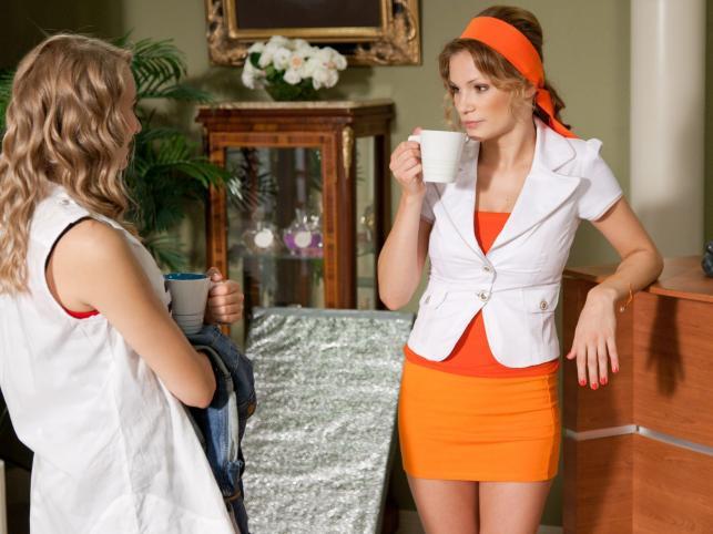 Maję Bohosiewicz w roli plotkującej recepcjonistki