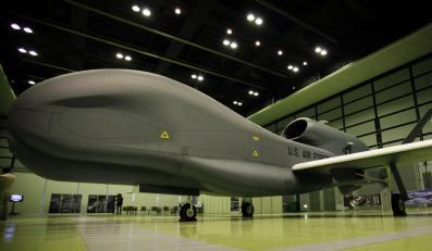 Global Hawk - jedna z najbardziej pożądanych broni świata. Ma na koncie zakończone sukcesem akcje w Iraku i Afganistanie. Pomimo obaw, że może dostać się w niepowołane ręce, konstruktorzy wyposażają go w coraz to nowsze technologie