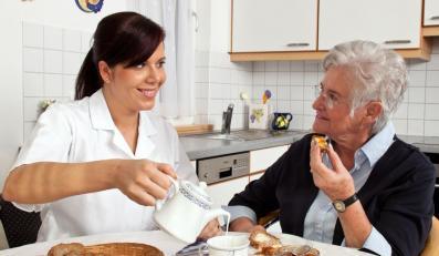 Opiekunka z podopiecznym seniorem