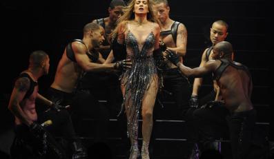 Jennifer Lopez wygina ciało śmiało