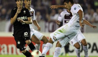 Diego Braghieri (Lanús) i Pablo Zeballos (Olimpia) walcza o piłke w meczu Copa Libertadores Lanús - Olimpia 6:0