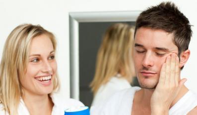 Facet korzysta z kosmetyku dziewczyny