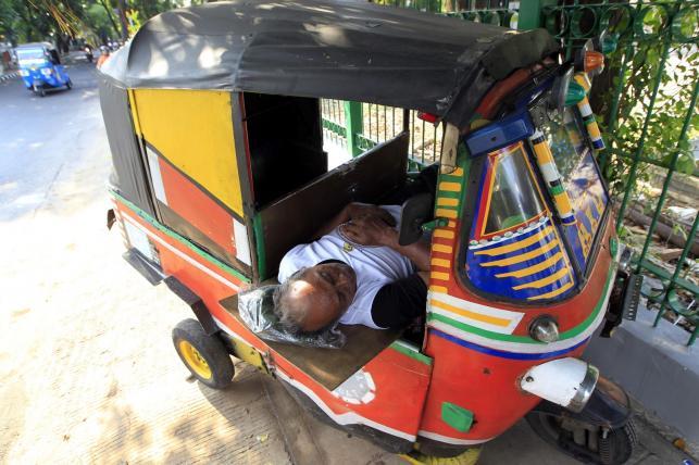 Trójkowłowa taksówka w Dżakarcie