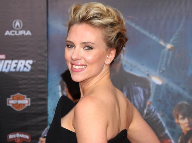 Scarlett Johansson zapatrzona w Ditę Von Teese