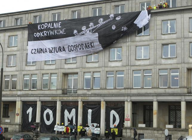 Protest Greenpeace przeciwko budowie nowych odkrywkowych kopalnii węgla brunatnego, na budynku Ministerstwa Gospodarki w Warszawie
