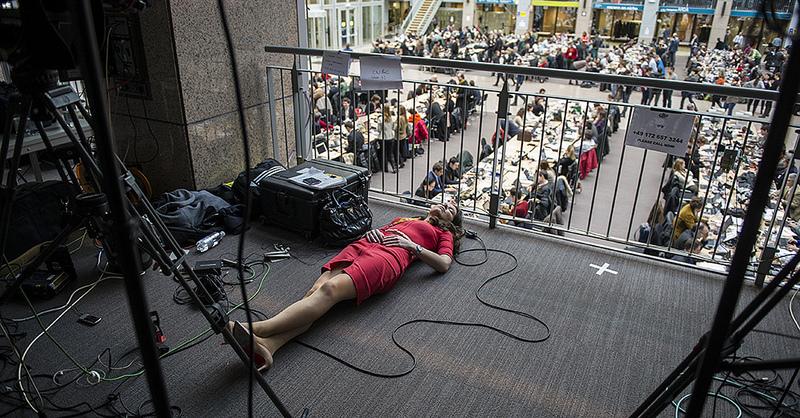Reporterka jednej ze stacji odpoczywa między relacjami z wielogodzinnego szczytu  UE