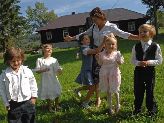 Wszyscy uczniowie maleńkiej łemkowskiej szkoły w Nowicy w woj. małopolskim