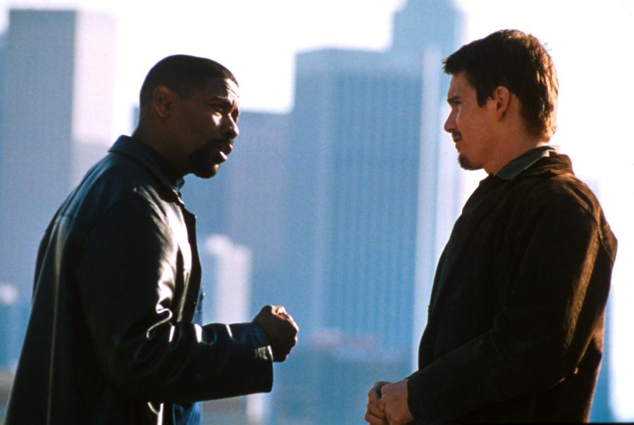 "Denzel Washington i Ethan Hawke w filmie ""Dzień próby"" (2001)"
