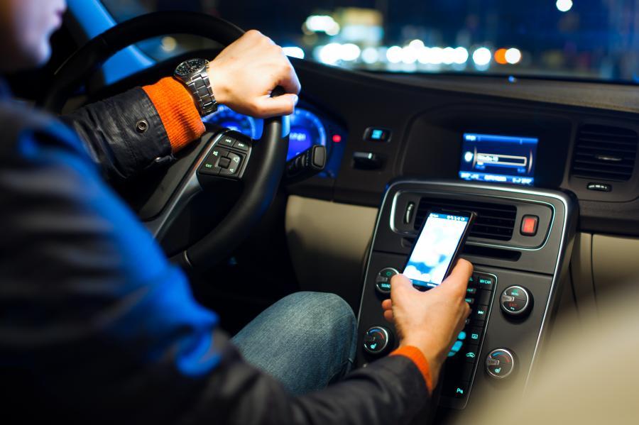 Kierowca rozmawiający przez telefon