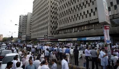 Tłum ewakułowanych z najwyższych budynków w Karaczi w Pakistanie