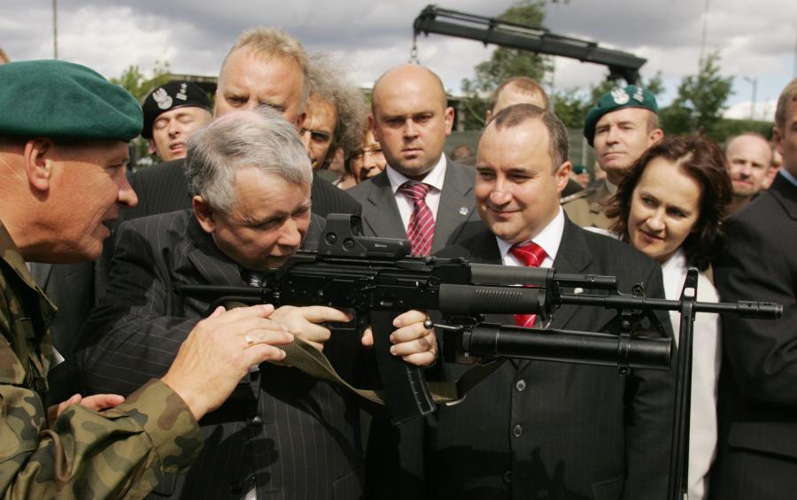 Byłemu premierowi nie wystarcza już ochrona BOR, odnowił pozwolenie na broń