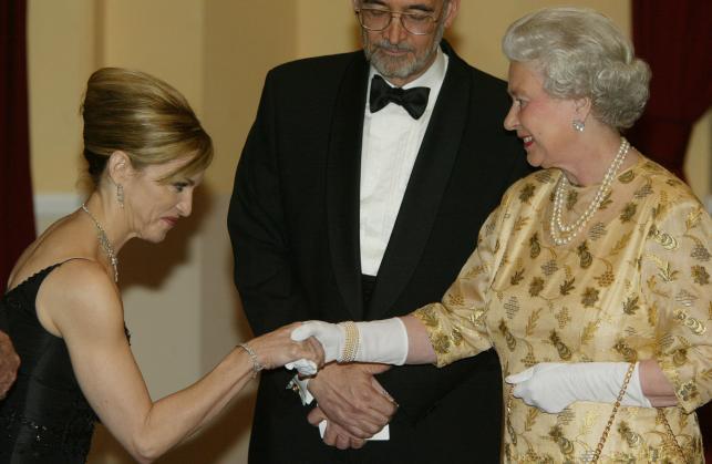 Madonna i królowa Elżbieta na premierze Bonda w 2002 roku