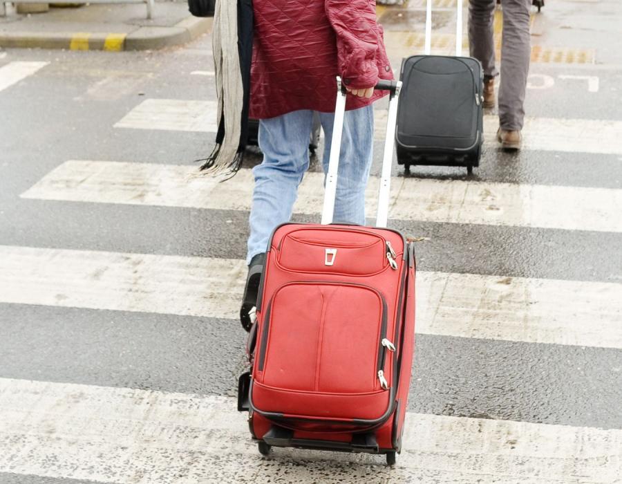 Ludzie z walizkami - zdjęcie ilustracyjne