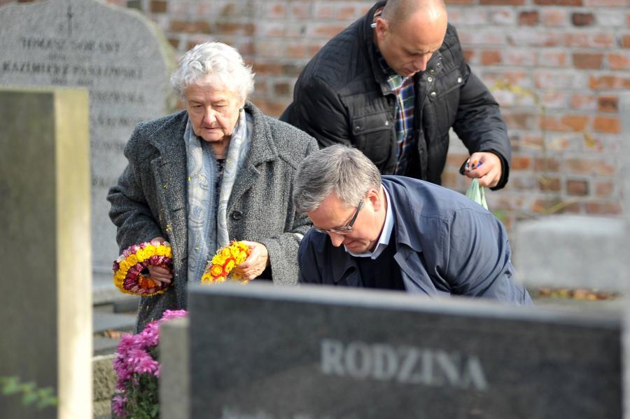 Bronisław Komorowski z mamą na Powązkach