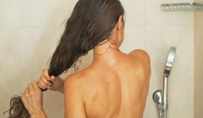 Kobieta pod prysznicem