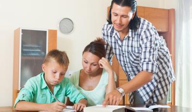Rodzice pomagający dziecku w odrabianiu lekcji