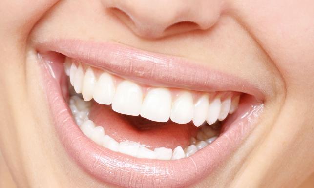 6 trików, dzięki którym rozjaśnisz zęby