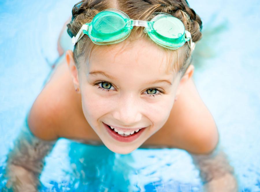 Dziecko pływa na basenie
