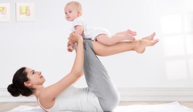 Młoda matka ćwicząca razem z dzieckiem