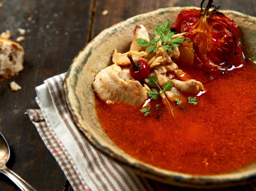 Zupa rybna z pomidorami i imbirem