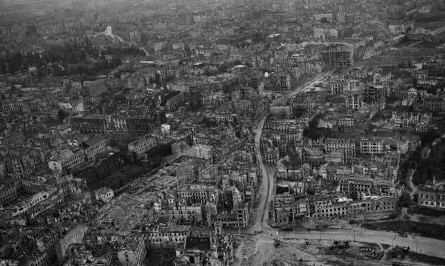 Morze ruin po horyzont... Warszawa po wejściu Rosjan. ZDJĘCIA z 1945 roku