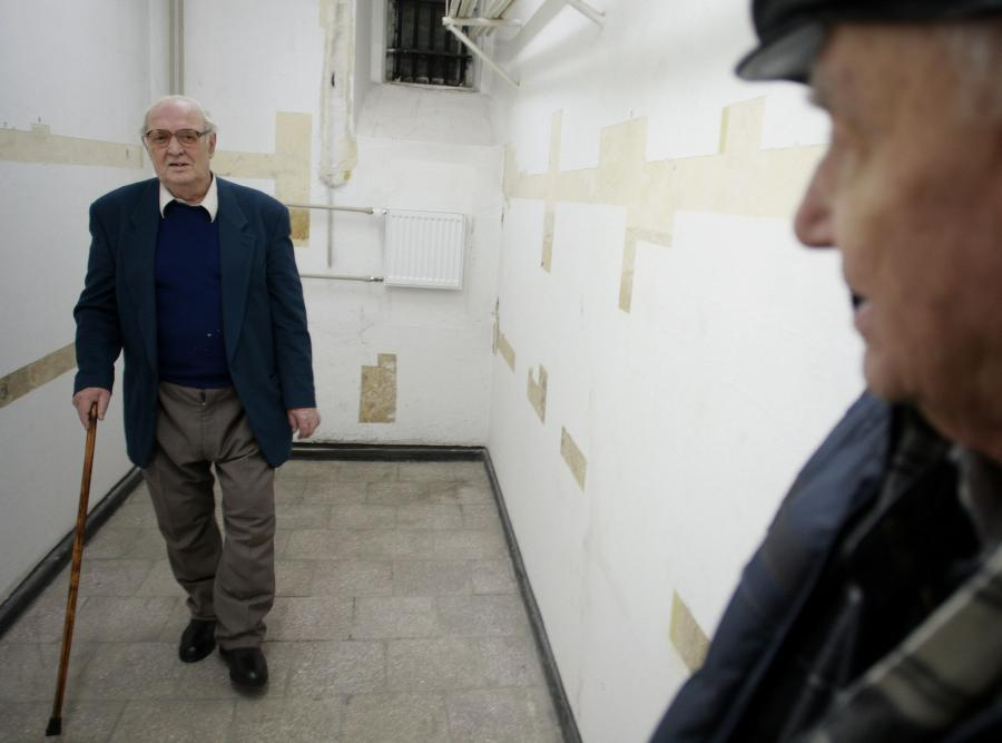 Henryk Kończykowski, ps. Halicz (po lewej) w dawnym areszcie Ministerstwa Bezpieczeństwa Publicznego. W tej celi był trzymany po wojnie
