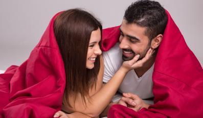 Para pod czerwonym kocem