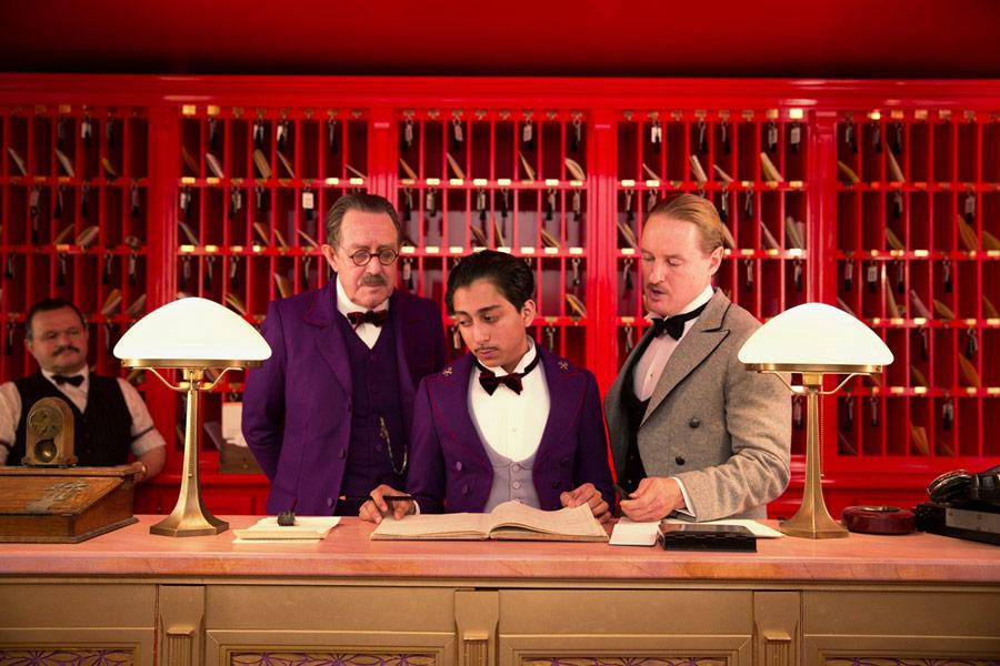 """Tom Wilkinson, Tony Revolori i Owen Wilson w filmie """"Grand Budapest Hotel"""""""