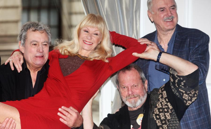 Załoga Monty Pythona: Terry Jones, Carol Cleveland, Terry Gilliam i John Cleese