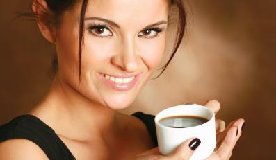 Osoby, które piją dużo kawy, często mają przebarwienia na zębach