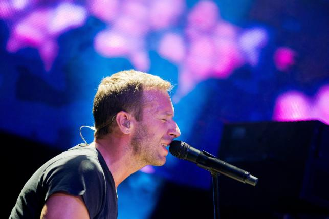Chris Martin i Coldplay podczas koncertu w Kolonii