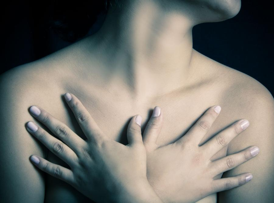 Kobieta zasłania piersi