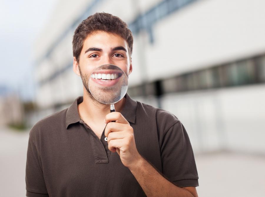 Mężczyzna pokazuje zęby