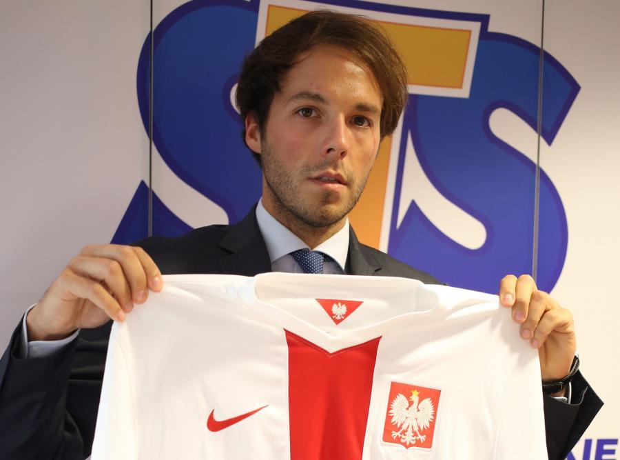 Prezes STS Mateusz Juroszek podczas konferencji prasowej nt. umowy sponsorskiej dotyczącej piłkarskiej reprezentacji Polski, 29 bm. w Warszawie. PZPN podpisał umowę sponsorską z firmą bukmacherską STS.