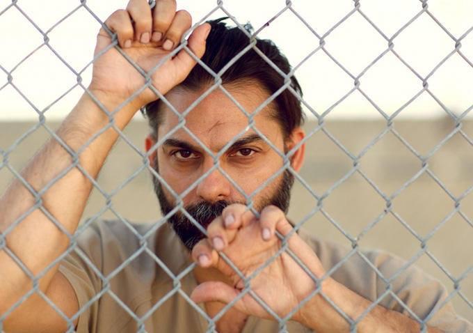 "Peyman Moaadi jako Ali Amir w filmie ""Camp X-Ray"""