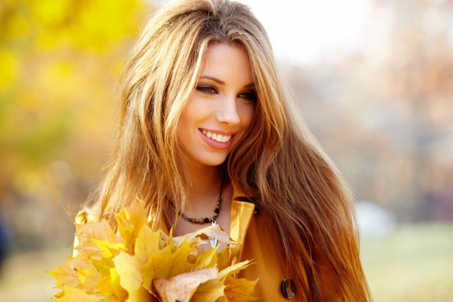 Piękna kobieta w jesiennej scenerii