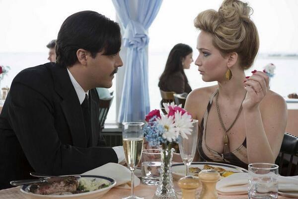 "Jack Huston i Jennifer Lawrance w filmie ""American Hustle"""