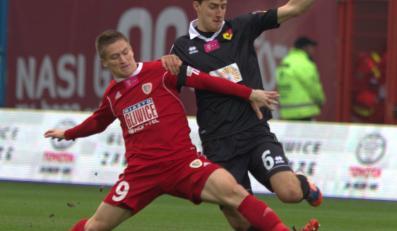 Zawodnik Jagiellonii Białystok Taras Romanczuk (P) walczy o piłkę z Radosławem Murawskim (L) z Piasta Gliwice podczas meczu piłkarskiej T-Mobile Ekstraklasy