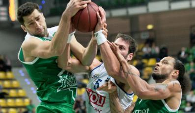 Będący przy piłce Vladimir Dasic (C) z Buducnosti Voli Podgorica atakowany przez Adama Hrycaniuka (L) i Chevona Troutmana (P) z miejscowego Stelmetu w meczu Pucharu Europy koszykarzy