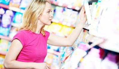 Kobieta kupująca kosmetyki