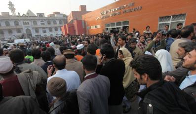 Rodzice uczniów przed zaatakowaną szkołą
