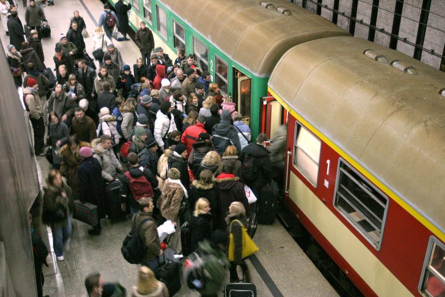 Tłum pasażerów na Dworcu Centralnym wsiada do pociągu PKP