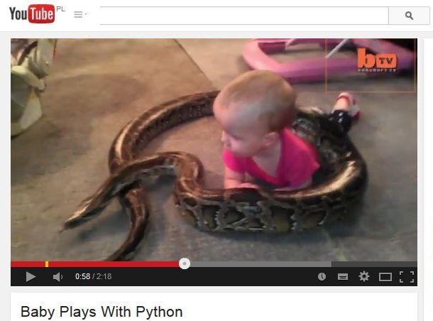 niemowlak bawi się z wężem