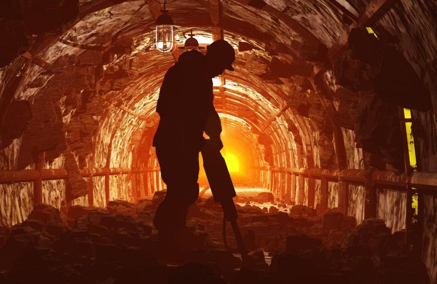 Górnik w kopalni