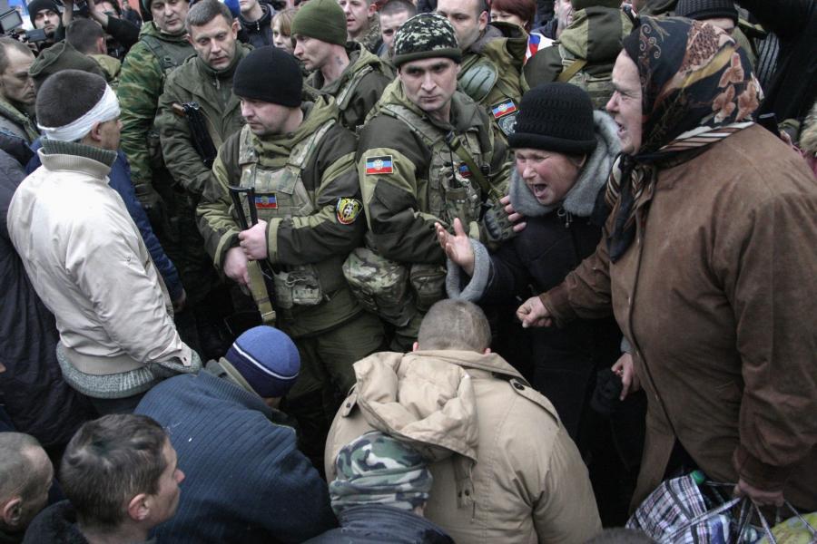 Donieck. Jeńcy ukraińscy, byli obrońcy lotniska, obrzucani obelgami przez tłum